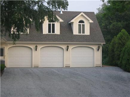 Kingston MA vacation rental - So much parking you'll ''NEVAH NEED TAH PAHK THE CAH ON THE YAHD'